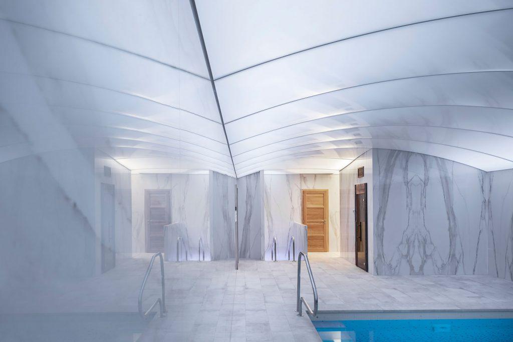 Bazen a sauna ve vile se stropnim systemem Barrisol, foto Roman Mlejnek