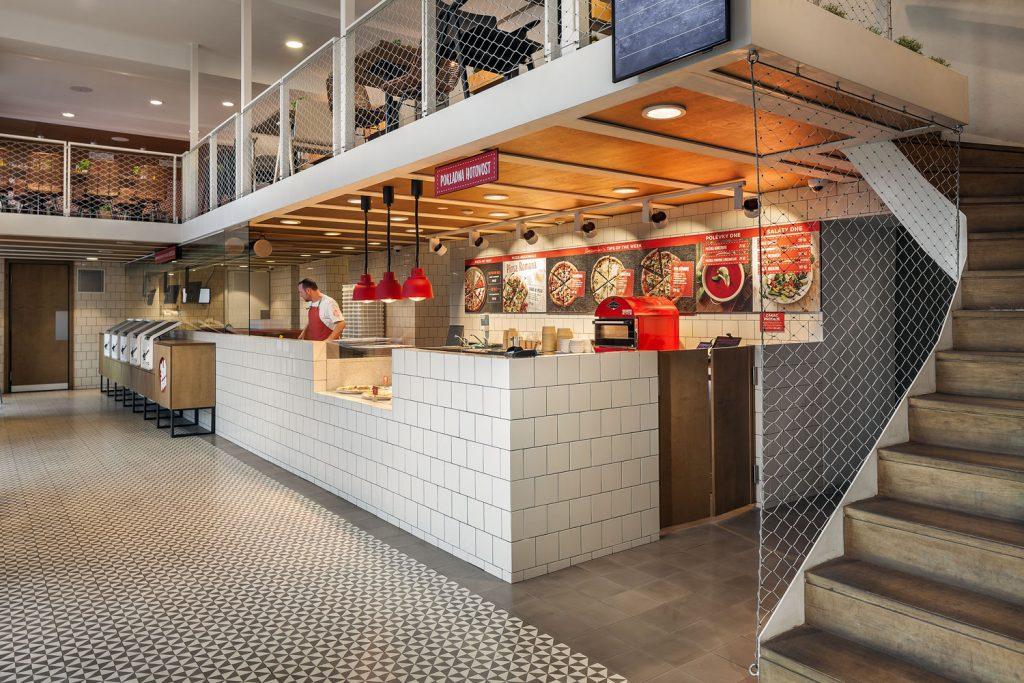 Interiery 360 Pizza navrzene architekty Labor13 v Dejvicich, foto Roman Mlejnek