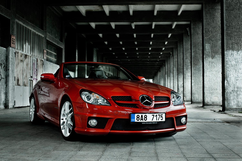 Mercedes Benz v cervene barve, produktova fotografie, Roman Mlejnek