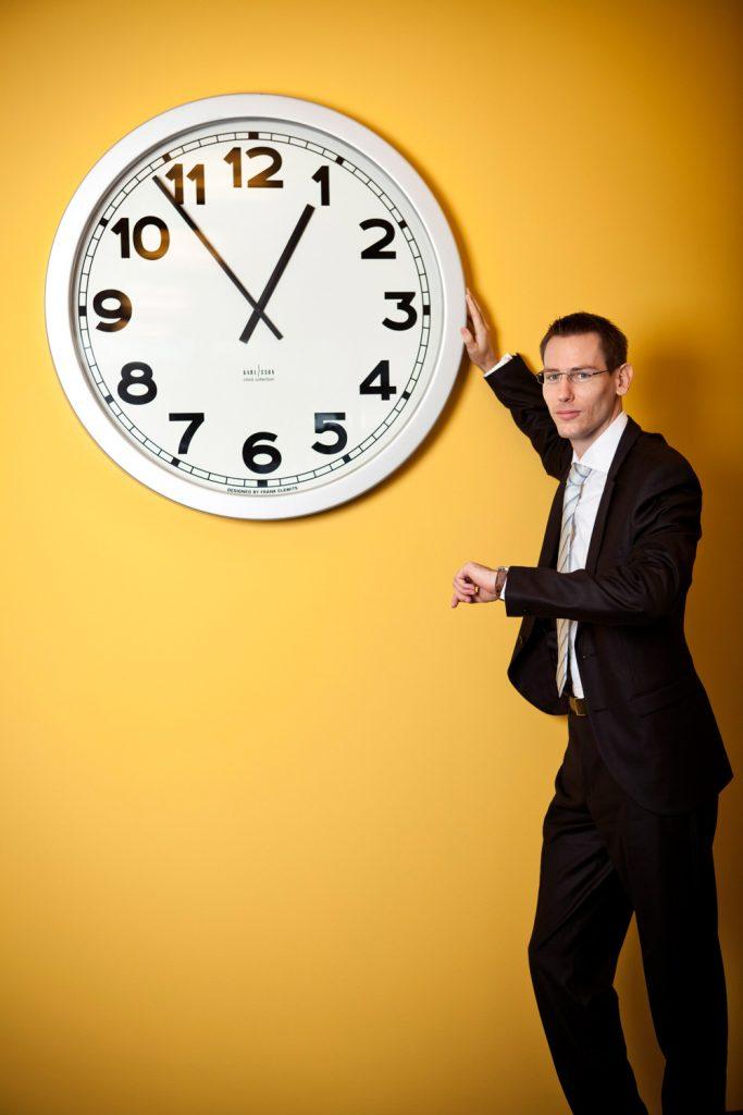 Ernst&Young byznys portret s hodinama, fotograf Roman Mlejnek