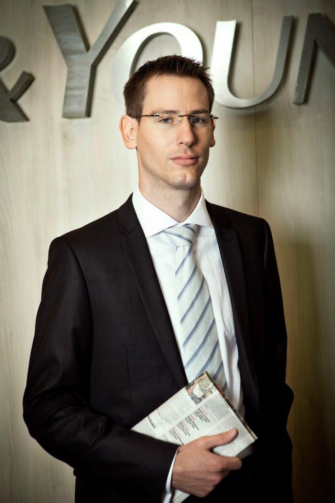 Ernst&Young byznys portret s novinama, fotograf Roman Mlejnek