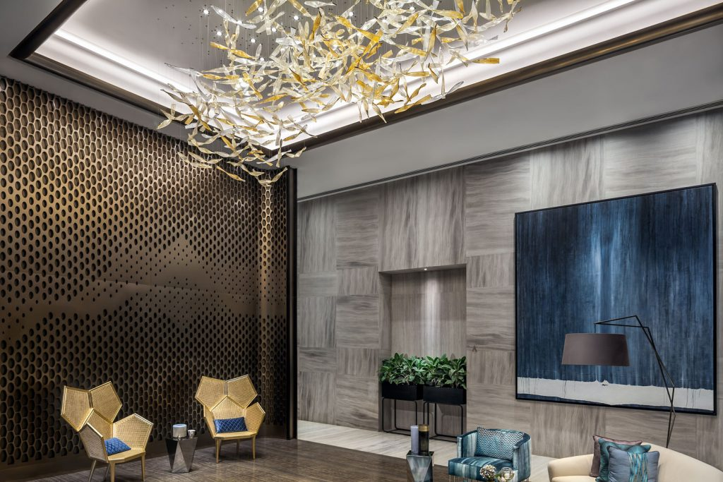 Design lustr Preciosa v interierech Trump Tower, Bombaj.