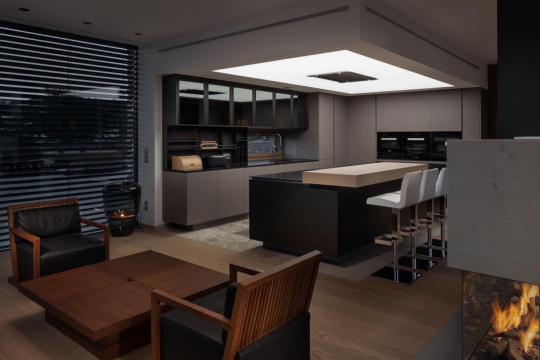 Kuchyn ve vile s krbem, Barrisol na strope, fotograf Roman Mlejnek