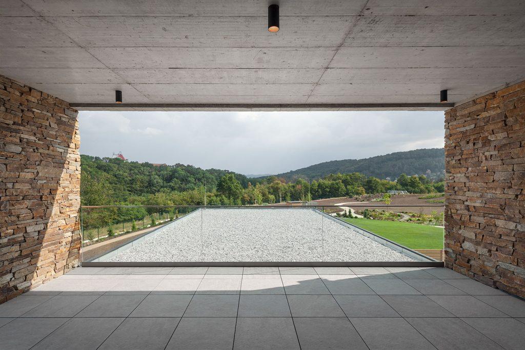 panoramaticky vyhled z vily do prirody