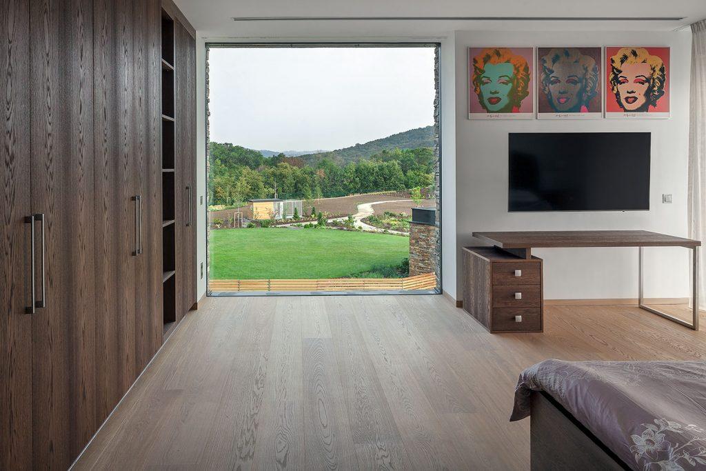 interier pokoje ve vile s vyhledem do prirody