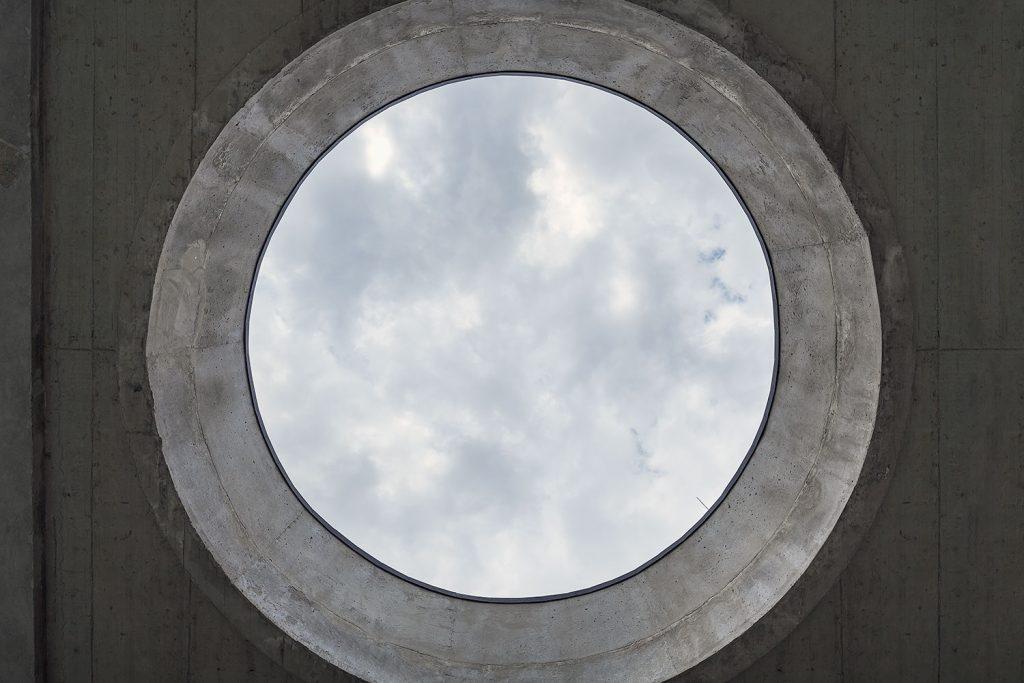 betonovy pruhled z balkonu