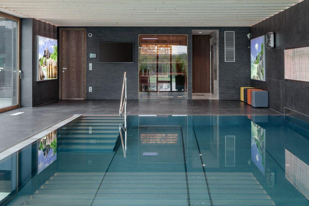 detail bazenu se saunou