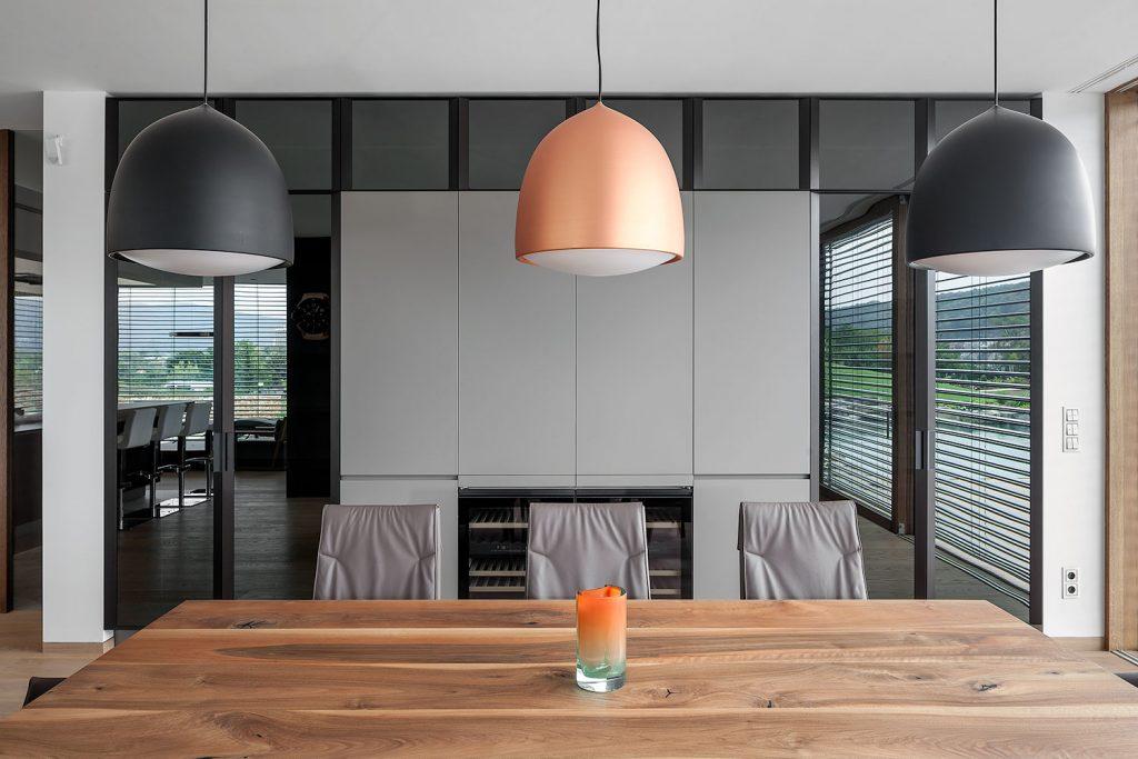 interierovy design s detaily stolu