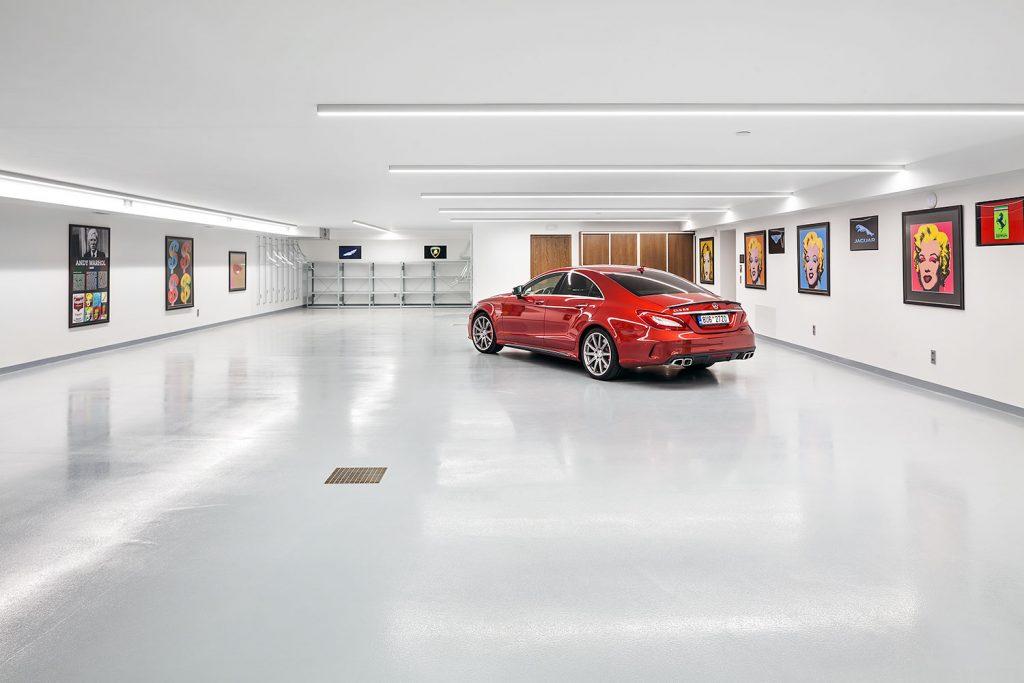 velkorysa garaz s galerii warhol