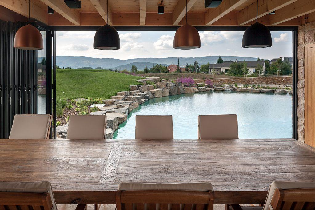 zahradni altan s vyhledem na bazen