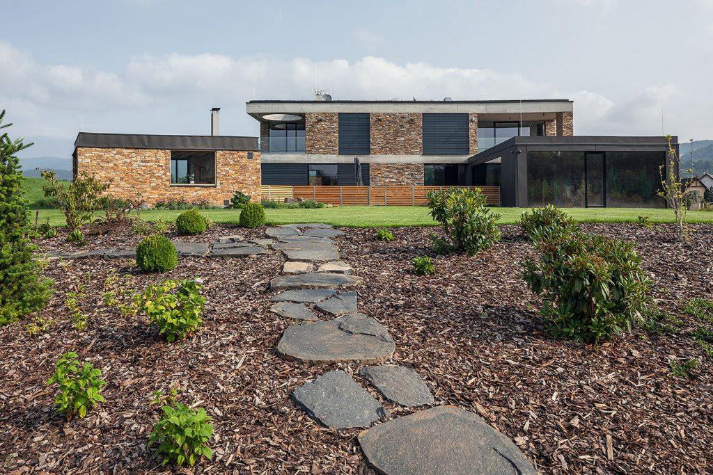 zahradni architektura s vilou v pozadi