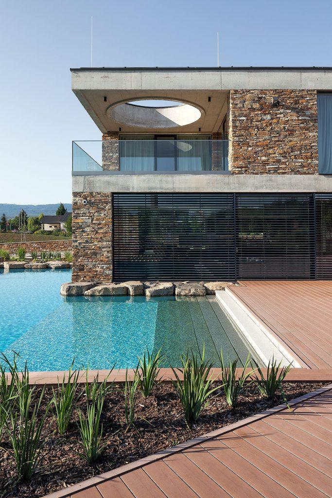 otevreny balkon svyhledem na bazen