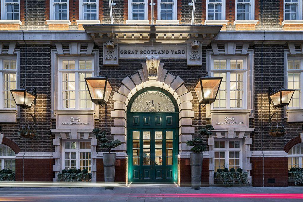 Vecerni Great Scotland Yard Hotel budova v Londyne