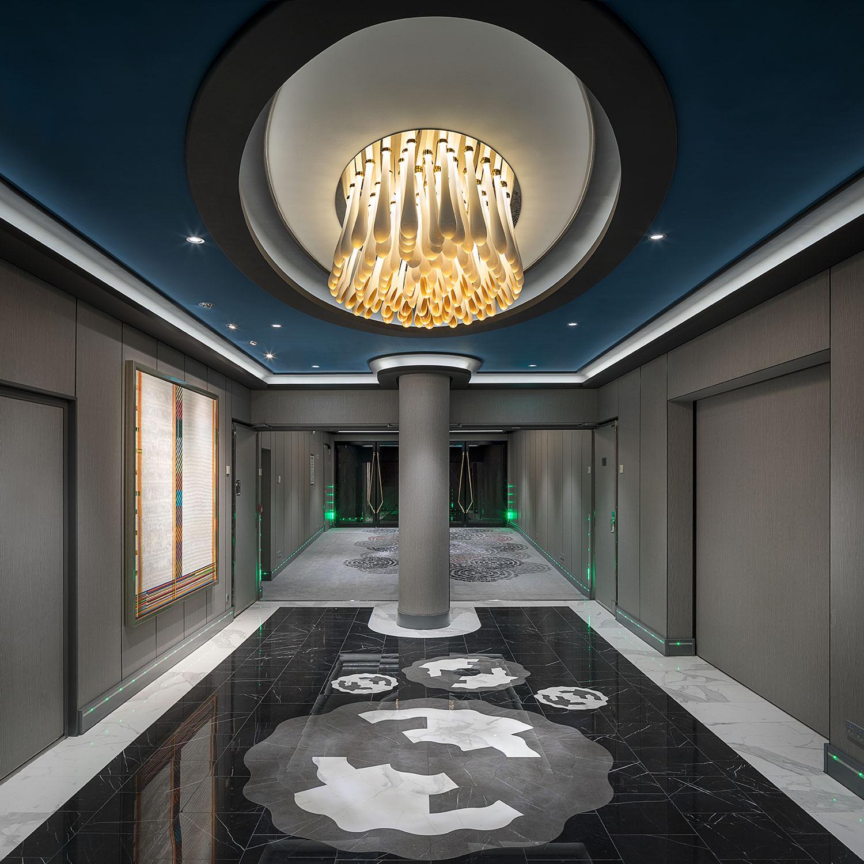 Interier lodi Encore s lustrem od firmy Preciosa Lighting