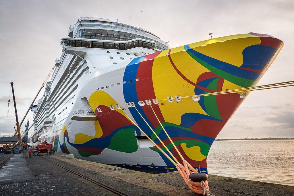 Oceanska vyletni lod Encore v pristavu