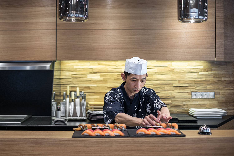 Sushi kuchar v japonske restauraci Wabi Sabi.