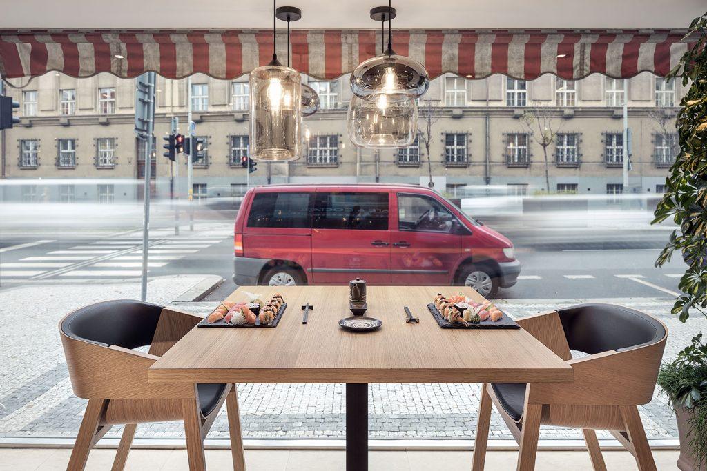 Sushi na stole ve Wabi Sabi restauraci